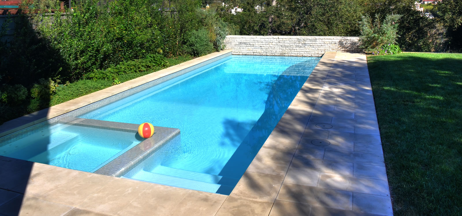 Los angeles pool spa design with bbq island and fire for Pool design los angeles